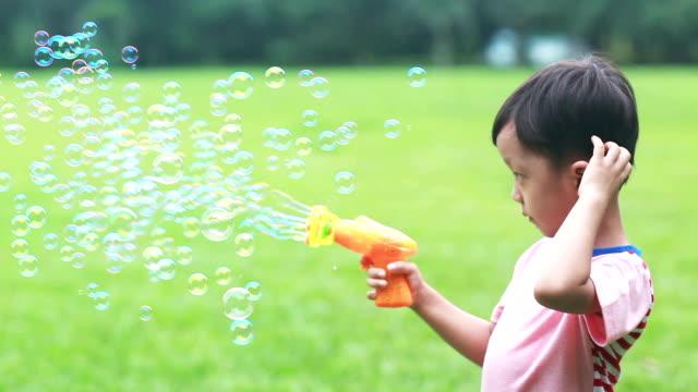 vídeos de stock e filmes b-roll de crianças mandar bolhas em câmara lenta - porta sabonete líquido
