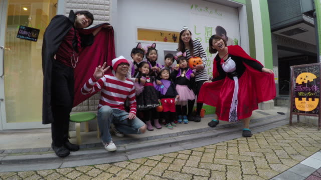 children celebrate halloween - 扮装点の映像素材/bロール