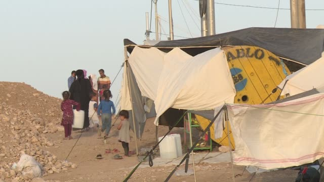 children chasing mother in bhadra refugee camp - isil konflikt stock-videos und b-roll-filmmaterial