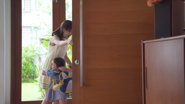 子どもの家および彼らの母を抱きしめる - 建物入口点の映像素材/bロール