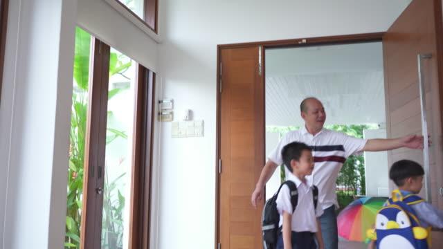 学校の中からお子様はご自宅 - 建物入口点の映像素材/bロール