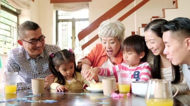 stockvideo's en b-roll-footage met kinderen snijden verjaardagstaart - chinese etniciteit
