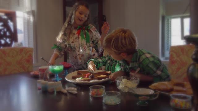 お子様用のクリスマスのデコレーションやクッキー - ジェリービーンズ点の映像素材/bロール