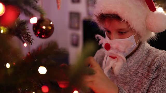 vídeos y material grabado en eventos de stock de niños decorando el árbol de navidad durante la pandemia covid-19 - árbol de navidad
