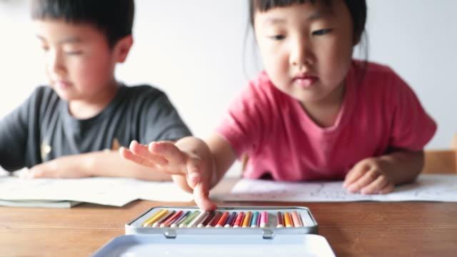 家庭でホームスクーリングをしている子供たち - 新学期点の映像素材/bロール