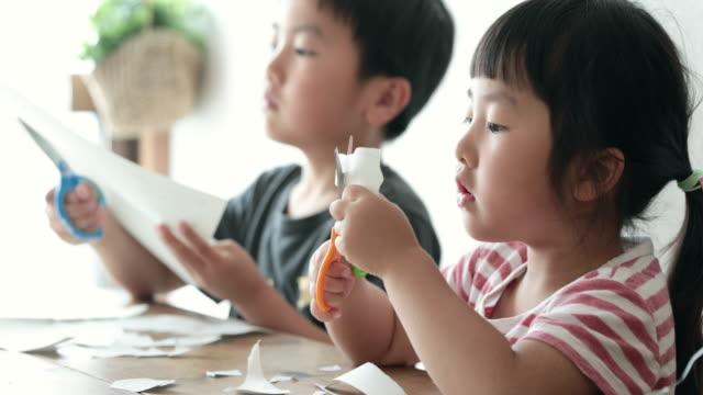 vídeos de stock, filmes e b-roll de crianças fazendo homeschooling em casa - 2 3 anos