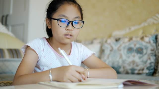 stockvideo's en b-roll-footage met kinderen die thuis huiswerk doen - leesbril