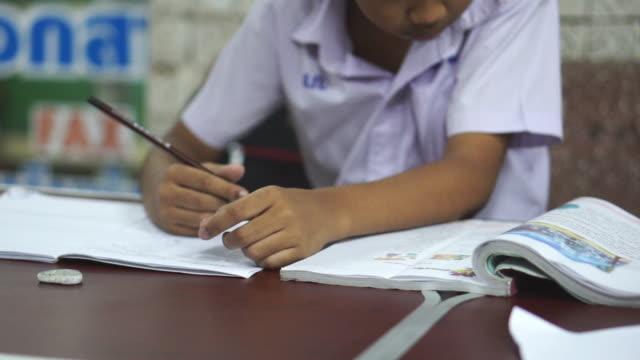 宿題をしている子供たち - 消しゴム点の映像素材/bロール