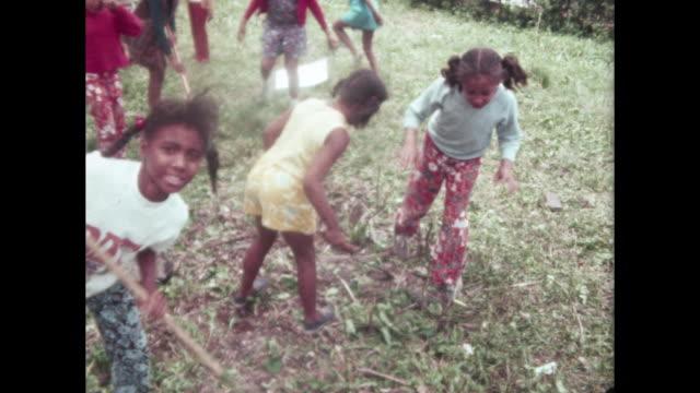 children doing neighborhood clean up - umweltschutz reinigungsaktion stock-videos und b-roll-filmmaterial