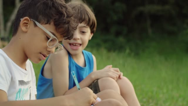 vídeos de stock, filmes e b-roll de crianças desenhando ao ar livre - amizade masculina