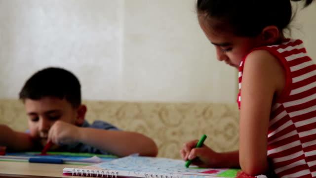 絵を描く子どもたち - 中東点の映像素材/bロール