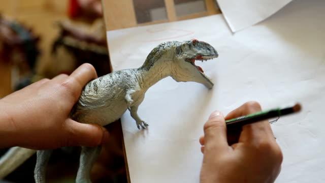 kinderzeichnungen dinosaurier, hautnah bei der hand hd. - stift stock-videos und b-roll-filmmaterial