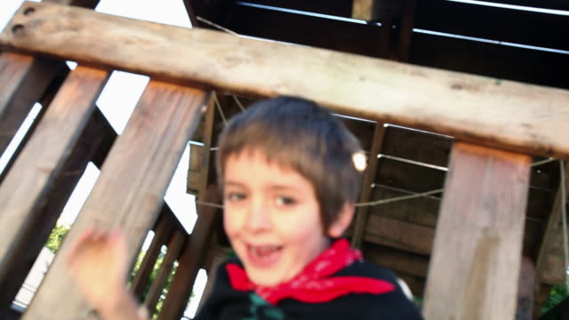 vídeos de stock, filmes e b-roll de children dressed as native americans in tree house - treehouse