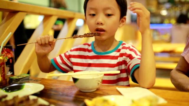 stockvideo's en b-roll-footage met kinderen eten lunch - alleen jongens