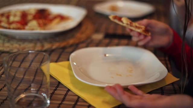 children eating pizza and pouring water. - parte de una serie video stock e b–roll