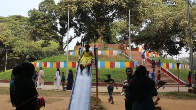 children enjoy rides at the children park named as 'shishu park' on a holiday in dhaka, bangladesh. large number of people in the holiday mood throng... - 屋外遊具点の映像素材/bロール