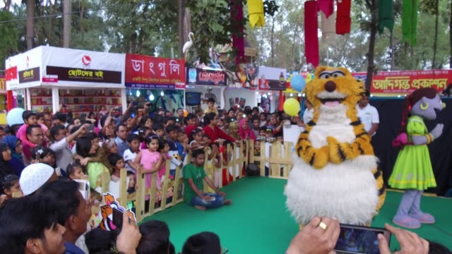 vídeos de stock e filmes b-roll de children enjoying puppet show during children's hours in book fair in dhaka bangladesh on february 10 2018 according to the academy authority press... - fantoche
