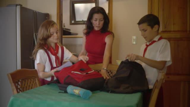 vídeos de stock, filmes e b-roll de ms children (10-11) getting ready to leave for school / havana, cuba - bolsa tiracolo bolsa