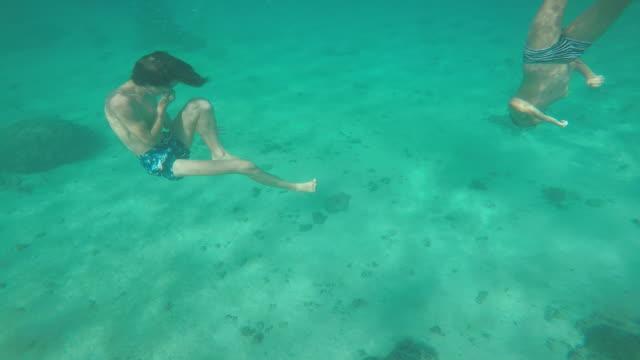 vídeos de stock e filmes b-roll de children go underwater - ilha huahine