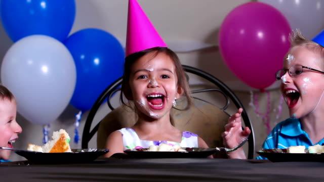 vidéos et rushes de les enfants ont un gâteau de fête - unique