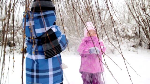 kinder, die spaß im winter - lila stock-videos und b-roll-filmmaterial
