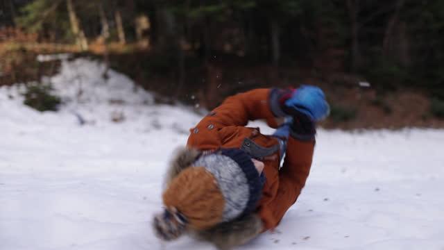 vidéos et rushes de enfants ayant l'amusement jouant dans la neige - vêtement chaud