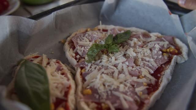 ピザの準備を楽しんでいる子供たち - オーブンの天板点の映像素材/bロール