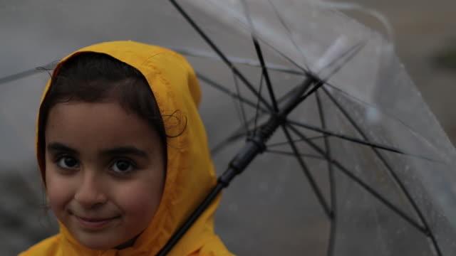vídeos y material grabado en eventos de stock de niños divirtiéndose mientras llueve - meteorología