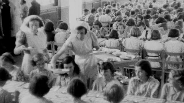 vídeos de stock e filmes b-roll de 1940 montage children having lunch at school / united kingdom - merenda escolar