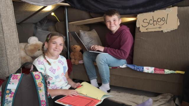 vídeos y material grabado en eventos de stock de niños que tienen escuela en casa - refugiarse en un lugar concepto