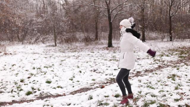 冬の日に雪合戦をしている子供たち - winter点の映像素材/bロール