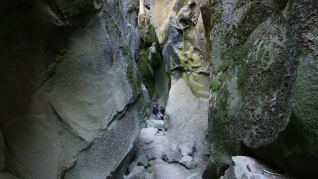 children hike through rock canyon - 6 7 år bildbanksvideor och videomaterial från bakom kulisserna