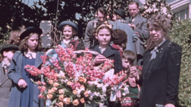 vídeos de stock e filmes b-roll de ms children holding a basket of flowers standing next to first lady eleanor roosevelt / washington district of columbia united states - primeira dama