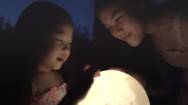 Enfants retenant la lune la nuit