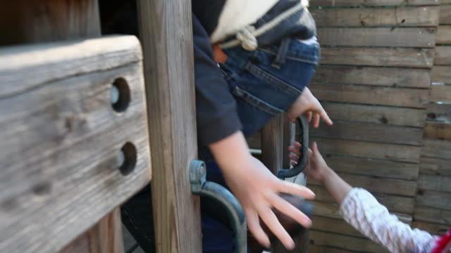 vídeos de stock, filmes e b-roll de children in fancy dress entering tree house - treehouse