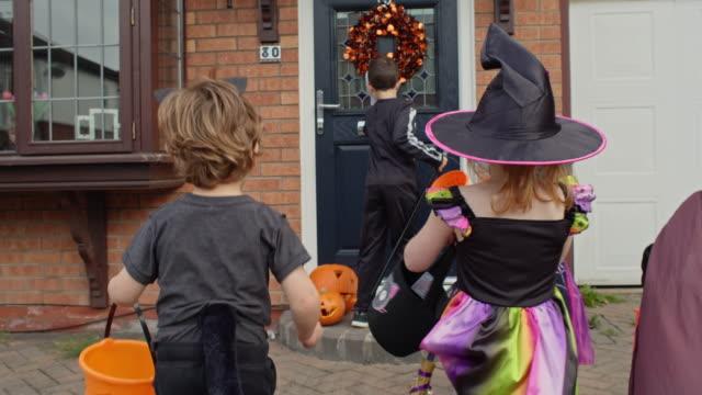 children in halloween costumes - 扮装点の映像素材/bロール