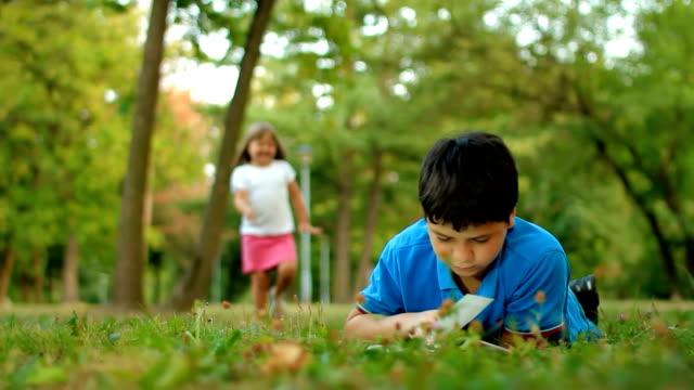 vídeos de stock e filmes b-roll de crianças na natureza - livro aberto