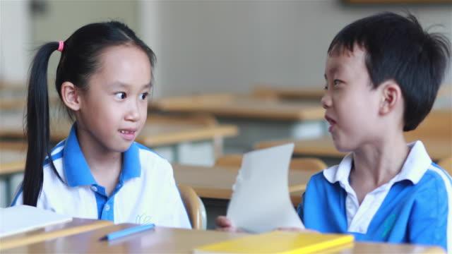 vídeos y material grabado en eventos de stock de es de los niños en clase - 8 9 años
