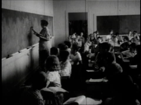 vídeos de stock, filmes e b-roll de 1950 montage children learning in crowded classroom in wayne / ohio, united states - documentário