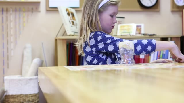 vidéos et rushes de children learning in montessori school environment - art et artisanat