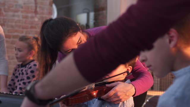 vídeos de stock, filmes e b-roll de crianças que aprendem na escola de música - violino