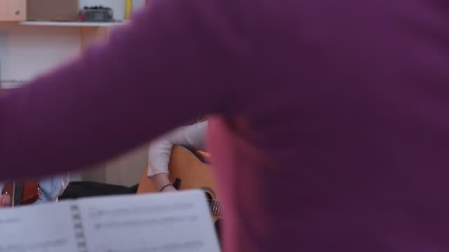 Kinder lernen in der Musikschule