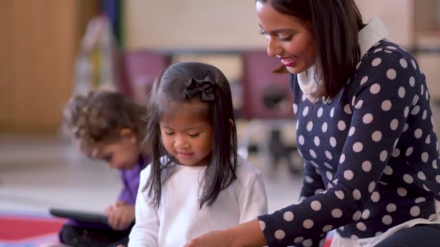 kinder lernen auf einem tablet. - rechtschreibung stock-videos und b-roll-filmmaterial