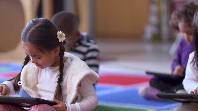 vídeos y material grabado en eventos de stock de niños aprendiendo en una tableta. - ortografia