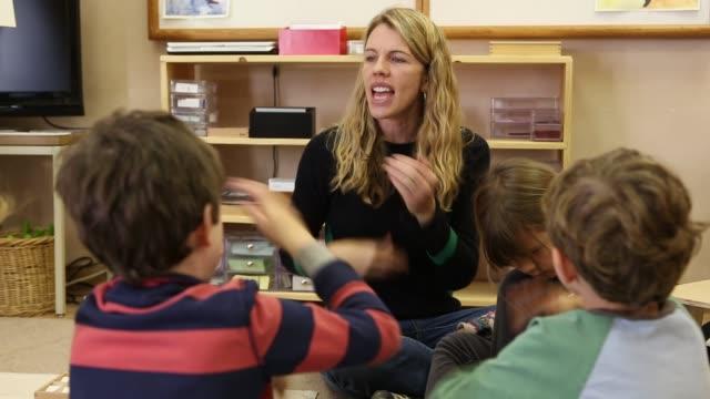 vidéos et rushes de children learning spanish in montessori school environment - langue