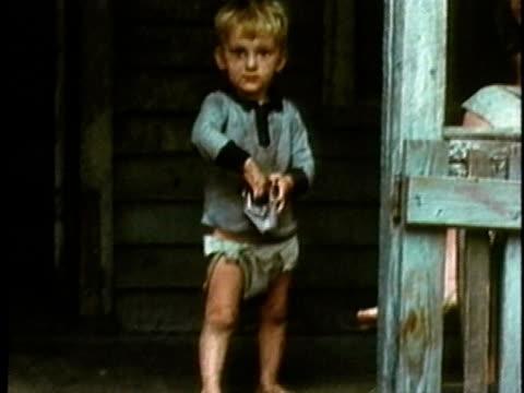vídeos y material grabado en eventos de stock de children living in poverty standing on porch/ usa/ audio - pañal