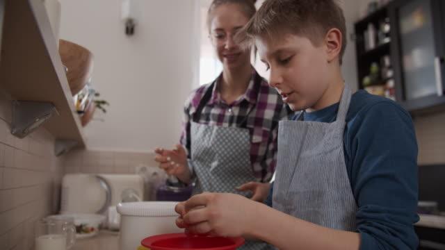 vídeos de stock, filmes e b-roll de crianças fazendo bolo de fermento - preparando comida