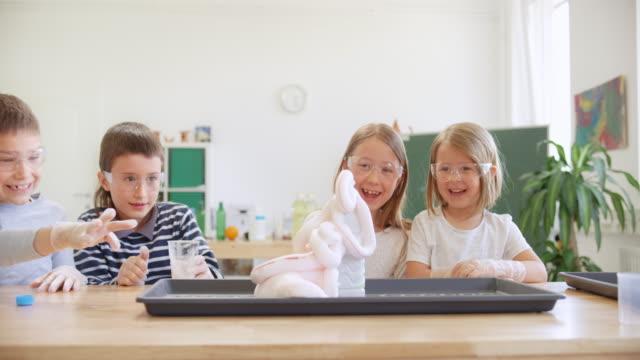 発泡爆発科学実験を観察するds子供たち - 解決策点の映像素材/bロール