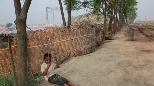 vídeos y material grabado en eventos de stock de children of brickfield worker in dhaka bangladesh on april 17 2018 - hamaca