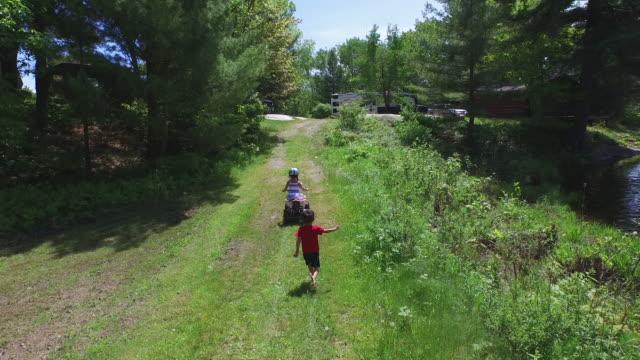 stockvideo's en b-roll-footage met kinderen op een kampeertrip rv - kamperen